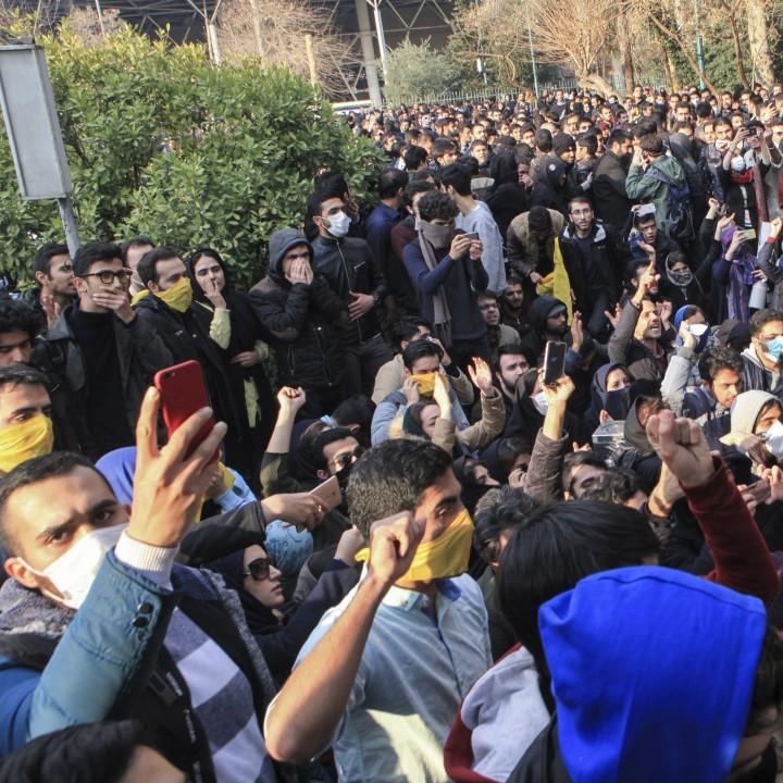 Протест на студенти пред университета в Техеран