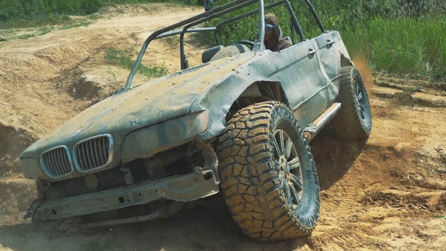 Руснаци трансформираха BMW X5 в офроуд звяр (видео)