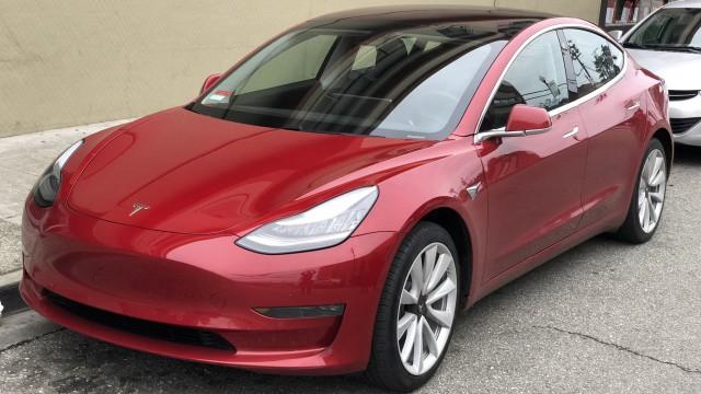 Илон Мъск пуска по-евтина Tesla Model 3