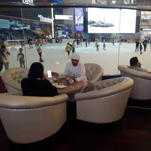 Коледният базар в Дубай е до най-голямата ледена пързалка